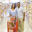 Couple shopping in supermarket — Foto Stock