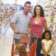 Family shopping in supermarket — Stockfoto