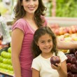 Mother and daughter buying fresh fruit — Stock Photo