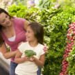 Mother and daughter choosing fresh produce — Stockfoto