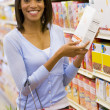 Young woman grocery shopping — Stock Photo