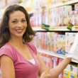 Woman grocery shopping - Foto Stock