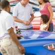 Family choosing new car — Stock fotografie