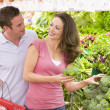 Young couple shopping for fresh produce — Stock Photo