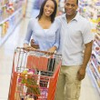 Couple grocery shopping — Stock Photo