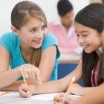 Uczniowie szkoły podstawowej w klasie — Zdjęcie stockowe