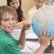 žák základní školy s zeměkoule — Stock fotografie
