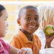 Kindergarten children eating lunch — Foto de Stock