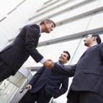 groep zakenlieden schudden handen buiten kantoor — Stockfoto