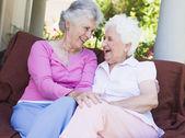 Senior vrouwelijke vrienden chatten samen — Stockfoto