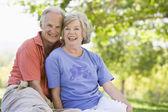 пожилые супружеские пары отдыха в парке — Стоковое фото