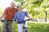 äldre par på cykel — Stockfoto