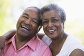 пожилые супружеские пары расслабляющий снаружи — Стоковое фото