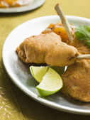 Kashmiri Lamb Cutlets with Lime Wedges and Mango Chutney — Stock Photo