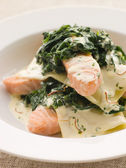 Lasagne van zalm en spinazie met een saffraan crème openen — Stockfoto