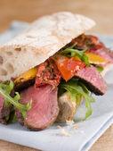 沙朗牛排和烤的胡椒恰巴塔三明治 — 图库照片