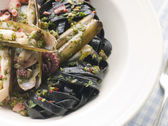 Sauteed Razor Clams with Baby Octopus Pesto and Tagliatelle Nero — Stock Photo