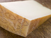 Cuña de queso parmesano — Foto de Stock