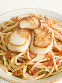 Seared Scallops with Chilli and Tomato Spaghetti — Stock Photo