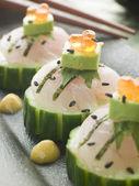 Sashimi von seebarsch mit avocado und lachs-rogen — Stockfoto