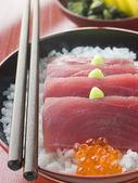Sashimi de atún de aleta amarilla en el arroz con huevas de salmón pepinillos y w — Foto de Stock