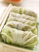 Rollitos de cerdo cocido al vapor y verdura repollo con salsa de chile dulce — Foto de Stock
