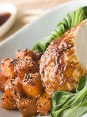 Soja rostad kyckling på ångad pac choi med teriyaki rostade bu — Stockfoto