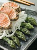 Grelhado com pimenta preta de sashimi de salmão com espargos e Marcelo sa — Fotografia Stock