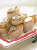 Seared Scallops with Cava Cream and Herb Sauce — Stock Photo
