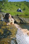 Paret sitter i rinnande vatten på sjöarna kant — Stockfoto