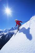 Jovem mulher esquiar — Foto Stock