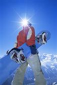 Joven con tabla de snowboard — Foto de Stock