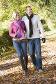 Jovem casal na caminhada de outono — Foto Stock