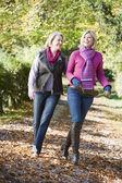Mor och vuxen dotter på promenad genom skogen — Stockfoto