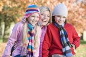 Matka a děti na podzimní procházce — Stock fotografie