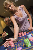 Couple placing bet at roulette table — Stock Photo