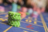 Stos żetonów na stole do ruletki — Zdjęcie stockowe