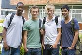 Amigos de faculdade masculino no campus — Foto Stock