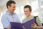 Professeur de collège, fournissant des conseils à un étudiant — Photo