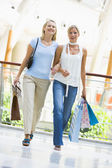 Friends shopping in mall — Stok fotoğraf