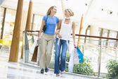 Friends shopping together — Foto de Stock