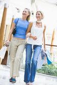 Dva přátelé, nakupování v obchoďáku — Stock fotografie