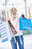 Kvinna shopping i köpcentrum — Stock fotografie