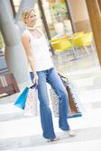 Woman shopping in mall — 图库照片