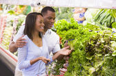 Couple shopping in produce department — Stock Photo