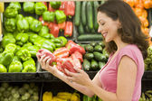 Woman shopping in produce section — Stock Photo