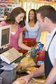Femme payer l'épicerie — Photo