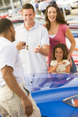 Family collecting new car — Stockfoto