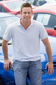 Man choosing new car — Stockfoto