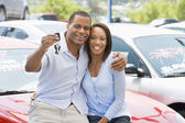 Couple picking up new car — Stockfoto